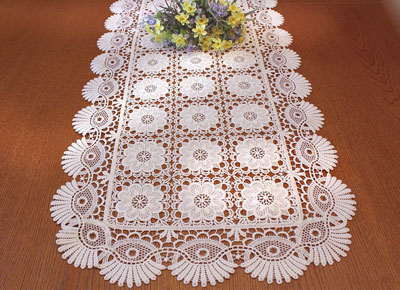 Lace runner coquilles